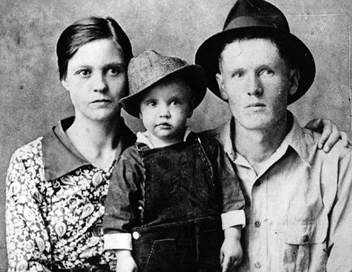 Junto a sus padres Vernon y Gladys Presley