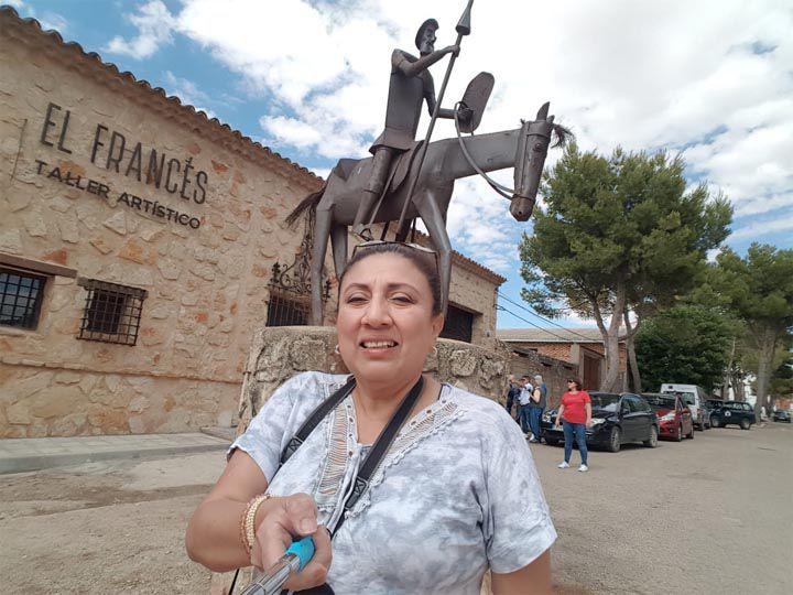 "Alexandra Alvarado frente a Forja artística ""El Francés"""