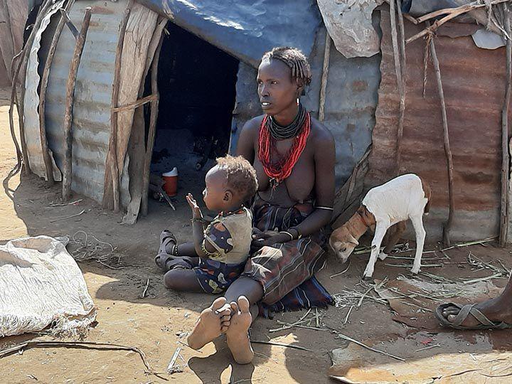 Mujer Dasanech con hijo