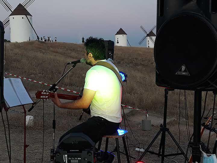 El cantautor Miguel Mayorga interpretando sus canciones