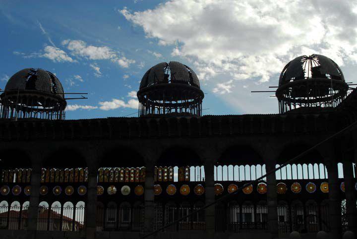 Tres cúpulas parcialmente techadas