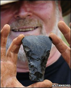 Una azuela usada en ceremonias fue encontrada cerca de las estatuas.