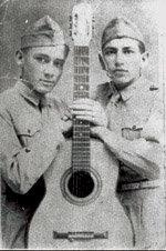 LAP (izquierda) en su época de soldado