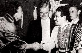LAP actuó en Europa para las más importantes personalidades. En la imagen, saluda a la reina Juliana de Holanda
