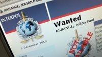 La orden de detencion de Assange emitida por la Interpol