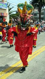 El Diablo sale a bailar por Año Nuevo en una ciudad de los Andes de Ecuador