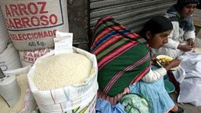 Evo Morales en 'jaque' por el alza y la escasez de alimentos en Bolivia
