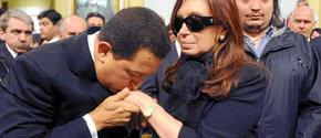 Cristina Fernández recibe las condolencias del pdte Hugo Chávez durante el funeral de su esposo Néstor Kirchner