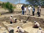 Hallan 14 tumbas prehispánicas completas y un templo en la costa norte de Perú