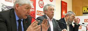 Los secretarios generales de CCOO, Ignacio Fernández Toxo (c), y UGT, Cándido Méndez