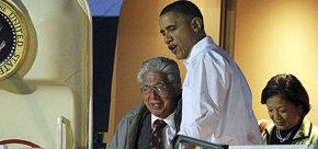 El senador federal estadounidense por Hawai, Daniel Akaka (a la izquierda en la imagen)