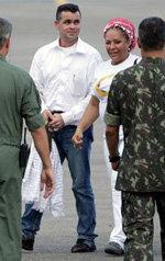 El concejal colombiano Marcos Baquero (c-i) camina junto la ex senadora Piedad Córdoba (c-d)