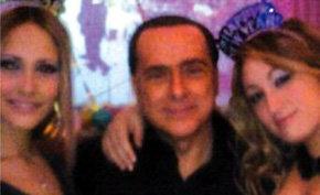 Silvio Berlusconi junto a Noemi Letizia y una amiga suya en una fiesta de fin de año en 2008