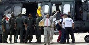 El concejal colombiano Armando Acuña (c), a su llegada el pasado 11 de febrero al aeropuerto Gustavo Artunduaga de Florencia (Colombia)