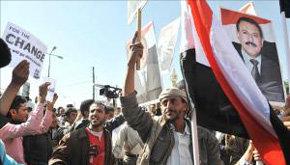 Simpatizantes (d) del presidente yemení, Ali Abdalá Saleh, se enfrentan a manifestantes antigubernamentales durante una protesta convocada en Saná (Yemen).