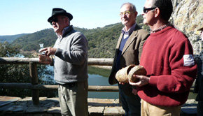 Francisco Rivero, secretario general de la Academia Europea de Periodismo Turístico arrojó el agua del Amazonas al río Tajo