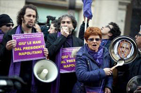 Cacerolada organizada ayer por movimiento social del Pueblo Violeta ('Popolo Viola', en italiano), en Roma