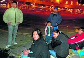 Familiares de los menores en las inmediaciones del aeropuerto de Málaga