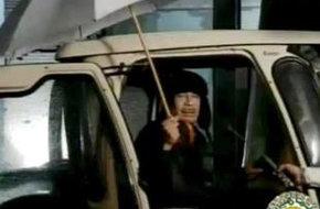 Gadafi en una imagen captada este sábado en Trípoli