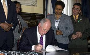 El gobernador demócrata Pat Quinn abolió hoy la pena de muerte en Illinois