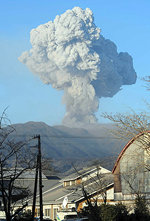 Un volcán al sur de Japón expulsa fuego y cenizas
