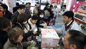 Japoneses hacen acopio de suministros en una tienda de electrodomésticos, en el centro de Tokio