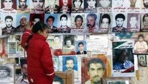 Una niña libia toca en Bengasi las imágenes de varios muertos y desaparecidos.
