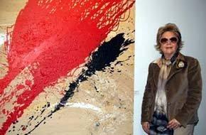 María Robles presenta su obra pictórica a un grupo de mujeres en la Cultura