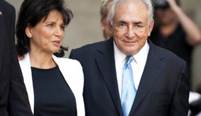 DSK y su esposa Anne Sinclair, a la salida del tribual que le concedió libertad condicional