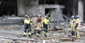 Efectivos del cuerpo de bomberos trabajan en el lugar de la explosión de un coche bomba