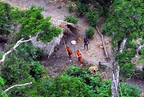 Miembros de una tribu no contactada del Amazonas fotografiados desde un helicóptero.
