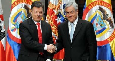 Juan Manuel Santos (i) junto a Sebastián Piñera.
