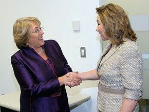 Michelle Bachelet (i) ex presidenta de Chile, y Cecilia Morel, actual Primera Dama chilena