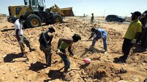 Hallan restos de más de 1.200 personas en una fosa junto a una prisión en Trípoli