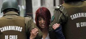 Una estudiante detenida durante las protestas