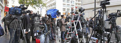 Los periodistas apostados en las afueras de la clínica.