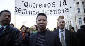 Comerciantes chinos se concentran en Madrid para que se les permita vender alcohol