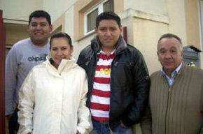 Luis Gerardo, Karen Brun y Armando Yapura junto al vecino de Venialbo Ángel Albarrán.    (Foto: S. R)