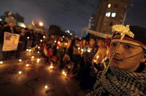 Ciudadanos egipcios participan en una vigilia conmemorativa del primer aniversario de la revuelta que acabó con el régimen de Mubarak, este sábado, en El Cairo.