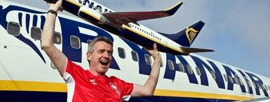 El presidente de Ryanair, Michael O'Leary, posa con una maqueta de uno de los aviones de su aerolínea