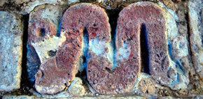 Imagen de una de las 23 lápidas