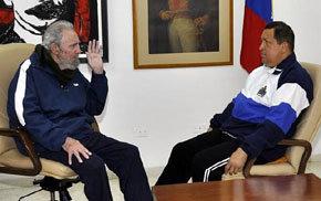 El presidente venezolano Hugo Chávez (d) conversando con el líder cubano Fidel Castro, en La Habana (Cuba)