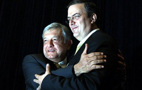 Andrés Manuel López Obrador y Marcelo Ebrard se abrazan durante una rueda de prensa en la Ciudad de México.