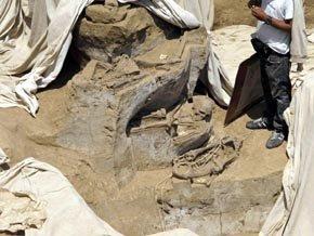 Arqueólogos peruanos hallaron una gran tumba con los restos de 60 personas sacrificadas hace más de mil años