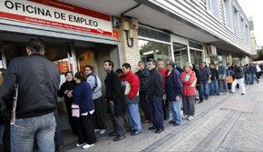 Desempleados hacen cola frente a las oficinas de empleo en Madrid