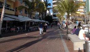 Varios grupos de turistas en el lugar del paseo donde se produjo la supuesta agresión el pasado viernes.