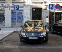 Un coche oficial aparcado en una calle de Madrid
