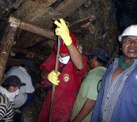 El primer ministro de Perú visita la zona donde hay nueve mineros atrapados desde el jueves