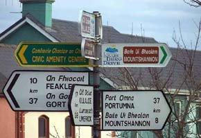 En una ciudad de Irlanda, letreros en inglés y gaélico...