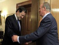 Mariano Rajoy (i) saluda al Rey Don Juan Carlos (imagen de archivo)